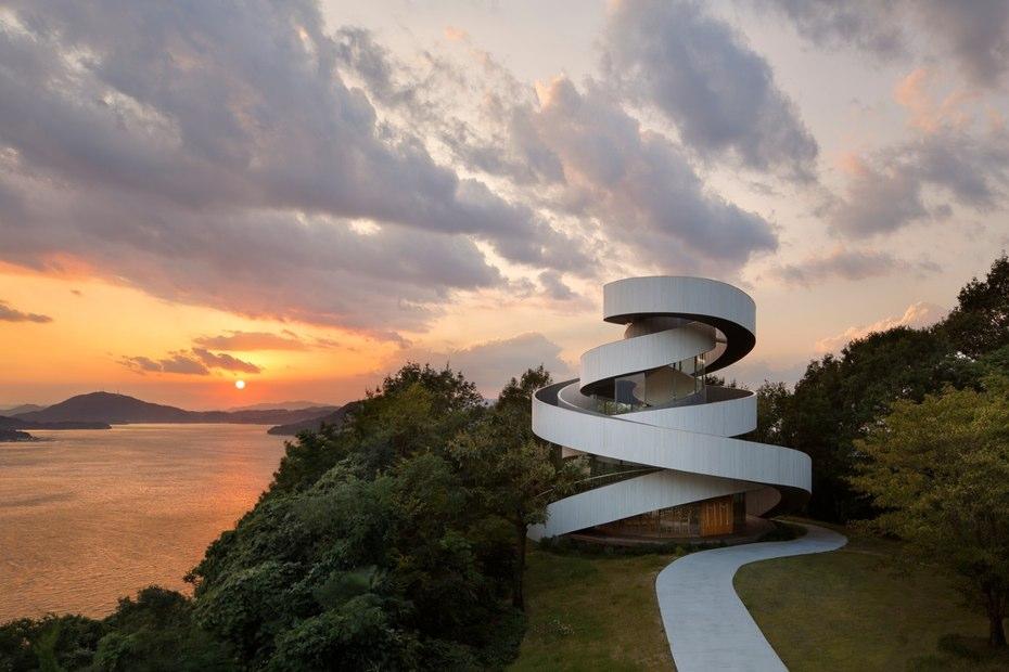 برنده ی کلی سال ۲۰۱۵ شرکت Hiroshi Nakamura & NAP به دلیل پرژوه ی Ribbon Chapel آن بود.