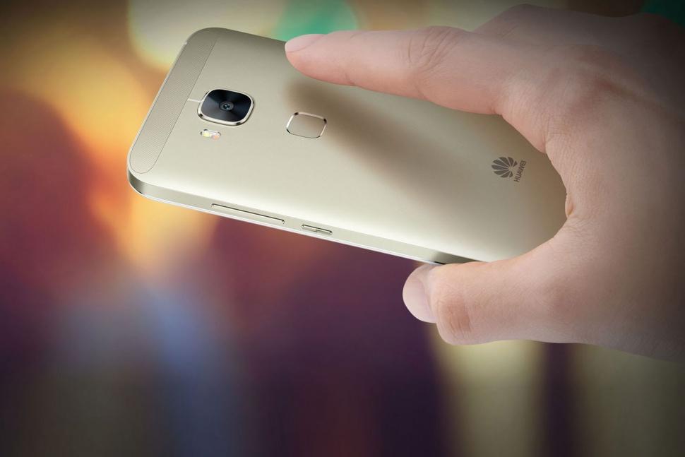 از دیگر مشخصات آن می توان به 3 گیگا بایت رم، 32 گیگا بایت حافظه داخلی، یک باتری 3000 میلی آمپری غیر قابل تعویض، بلوتوث 4.0 و قابلیت ارتباطاتی 4G LTE اشاره کرد. یک درگاه میکرو اس دی برای ارتقا حافظه در آن وجود دارد. هوآوی می گوید عملکرد این دوربین در نور کم بسیار استثنایی است. سنسور دوربین 13 مگا پیکسلی جی 8 خیلی حجیم نیست اما کیفیت تصویری خوبی ارائه می کند.