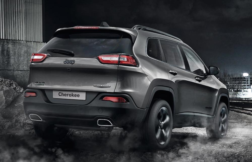 این مدل خودرو به 350 عدد در انگلستان محدود می شو؛ به همراه یک نشان از جیپ که در نهایت رنگ خاکستری خود در جلوی نایت ایگل خودنمایی می کند، خط های سایه روشن براقی که تا قاب چراغ های مه شکن جلویی آن کشیده شده است و یک سقف شیشه ای با رنگ مشکی فوق العاده، جلوه خاصی به این خودرو بخشیده است. مدل عقاب سیاه با شکل پنجره ای رینگ های 18 اینچی آلیاژی براق خود در هنگام حرکت گویی که بالهای خود را با سرعت تکان می دهد و حرکت زیبایی از سایه روشن های نور را ارائه می نماید.