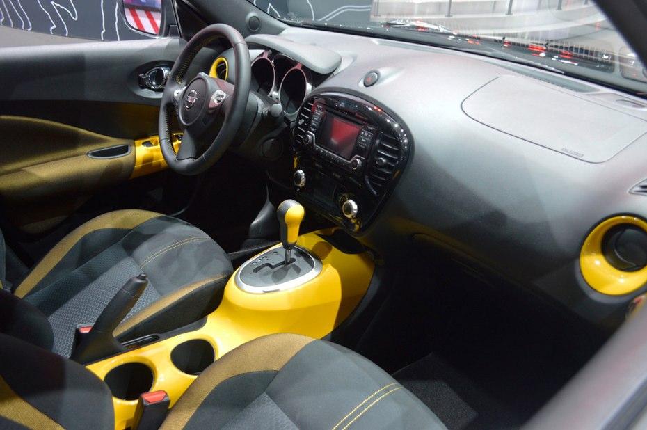 در مدل استینگر ادیشن زرد، طراحی مشکی رنگی بر روی آیینه های بیرونی، دستگیره های در، اسپویلر عقب، رینگ های 17 اینچی با آلیاژ آلومینیوم، به زیبایی کار شده و در داخل نیز به رنگ بندی توجه خاصی شده است کنسول وسط، دریچه های هوا و کلید های پنجره و همچنین نوار های نازک تزئینی که بر روی روکش صندلی ها دوخته شده است با رنگ زرد براقی آراسته شده است.
