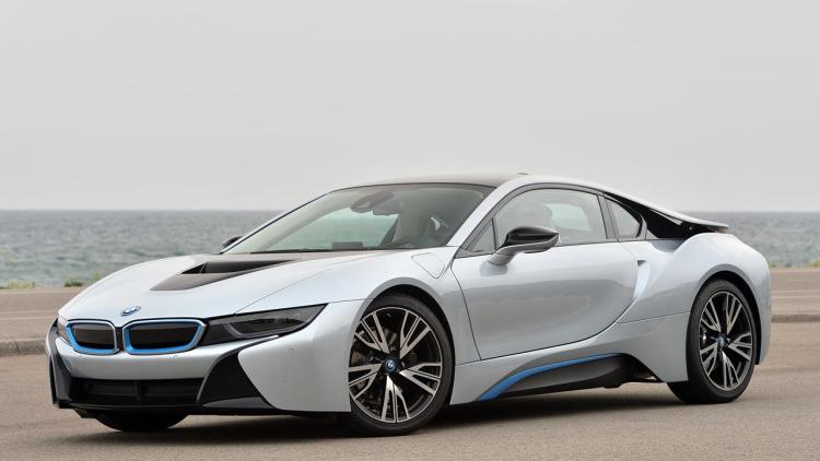 موتور الکتریکی BMW i8 با انتقال قدرت دو سرعته و 129 اسب بخار  که به محور جلو قدرت را منتقل می کند با فعال کردن حالت eDrive این موتور الکتریکی به حداکثر سرعت 120 کیلومتر بر ساعت می تواند برسد. برای طرفداران محیط زیست با استفاده از یک گزینه جداگانه این خودرو تضمین می کند که فقط موتور الکتریکی در حال استفاده است.