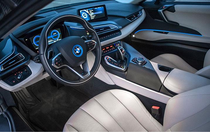 BMW i8 به غیر از سه کنترلر که برای حالت های مختلف رانندگی است (الکتریکی، سوخت فسیلی و ترکیبی) کنترل های چند منظوره دیگری بر روی کنسول وسط نصب شده که با یک نمایشگر 8.5 اینچی مدیریت می شود.