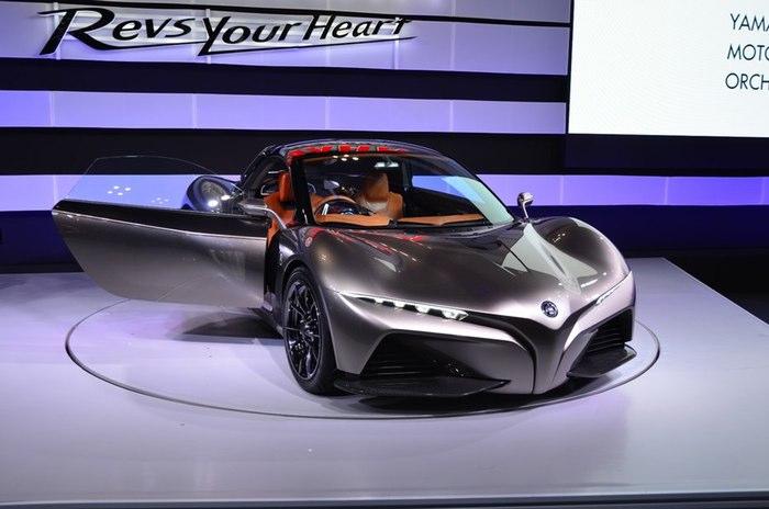 یاماها ممکن است که برای دنیای موتور سیکلت و لوازم موسیقی یک نام تجاری شناخته شده ای باشد اما برای سال 2015 یک دستگاه چهار چرخ خاص را نشان داد. این کمپانی امسال یک خودروی بدنه فیبر کربنی را که توسط گوردن موری طراحی شده، معرفی کرد.