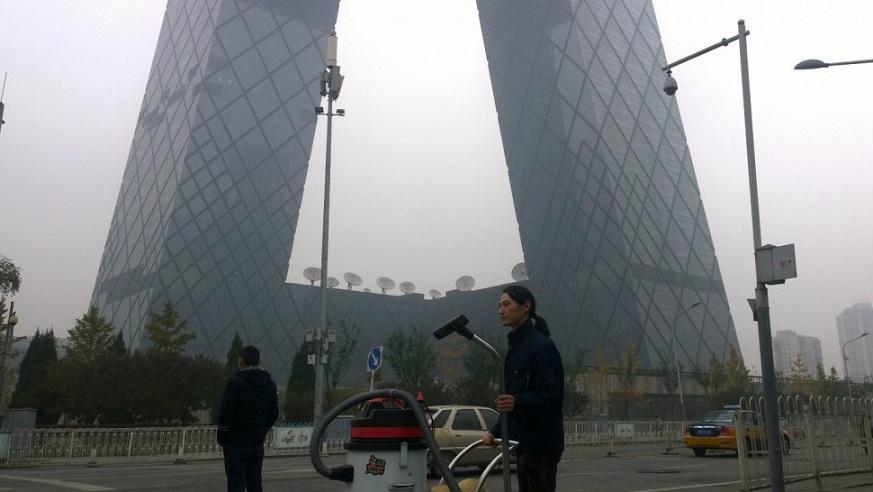 در 7 دسامبر دولت چین با اولین حالت قرمز شاخص آلودگی هوا وضعیت فوق العاده اعلام کرد. دراین بیانیه آمده است که این شرایط بد آب و هوایی تا روز پنجشنبه که یک جبهه هوای سرد ذرات معلق در هوا را کاهش دهد ادامه خواهد داشت. این به معنای بسته شدن مدارس، اجرای محدودیت های رانندگی و به حالت تعلیق درآوردن کار کارگرانی است که درفضای باز مشغول هستند.