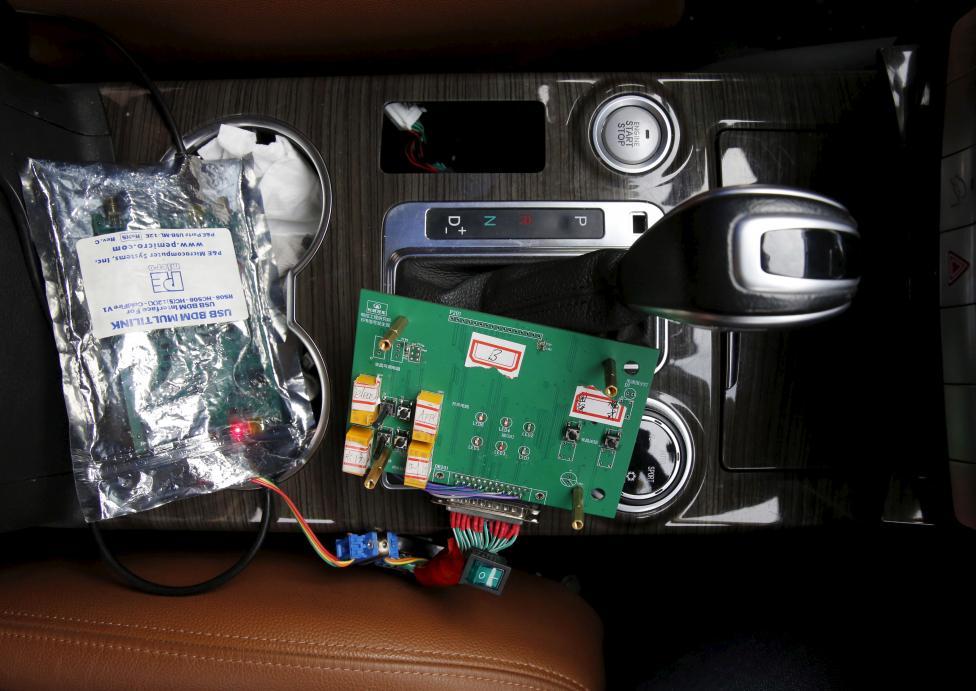 """ژانگ می گوید سیگنال های EEG از مغز فرد مورد آزمایش از طریق این تجهیزات دریافت می شود و توسط انتقال بی سیم به کامپیوتر ارسال می گردد. این فرایند کامپیوتری سیگنال ها را طبقه بندی می کند و منظور فرد مورد نظر را تشخیص داده و سپس با ترجمه آنها، دستور کنترل لازم را به ماشین می دهد. هسته مرکزی تمام این داستان، پردازش سیگنال های الکتروانسفالوگرافی است که در این کامپیوتر انجام می شود.  استاد دوان فنگ (Duan Feng) از کالج کامپیوتر و مهندسی کنترل، رهبری این پروژه را برعهده دارد. او تاکید کرد این فناوری بهترین خدمت به نسل بشر است و احتمالا به زودی ترکیب تکنولوژی کنترل مغز و ماشین های بدون راننده در وسایل نقلیه ای مثل ماشین های خودران گوگل امکان پذیر باشد.  فنگ می گوید: """"این اتوموبیل های بدون راننده، مزیت های بیشتری را برای ما به ارمغان آورده اند زیرا با کنترل های مغزی، عملکرد های بهتری برای کمک به پلت فرم ماشین های خودران فراهم می شود.""""  فنگ می گوید: """"این اتوموبیل های بدون راننده، مزیت های بیشتری را برای ما به ارمغان آورده اند زیرا با کنترل های مغزی، عملکرد های بهتری برای کمک به پلت فرم ماشین های خودران فراهم می شود.""""  این محققان می گویند ایده اولیه این پروژه از کمک کردن به افراد معلولی که توانایی رانندگی ندارند شکل گرفت."""