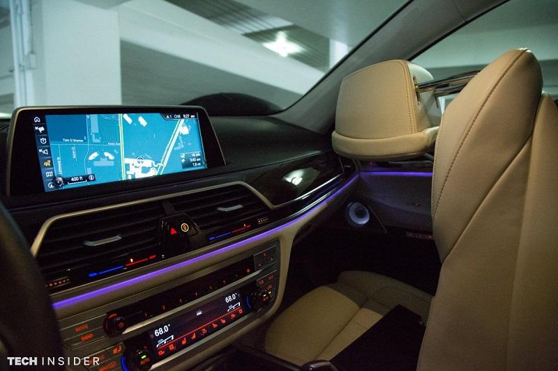 راننده می تواند با حالت های دست سیستم اطلاعات و سرگرمی را کنترل کند، بدین ترتیب چشم های راننده روی جاده متمرکز خواهد بود.