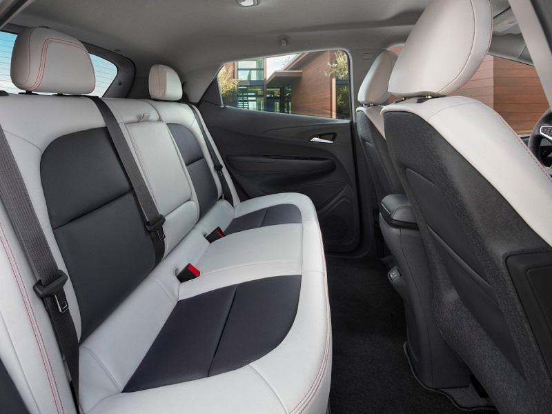"""صندلی ها باریک هستند، بنابراین فضای داخلی ماشین بیشتر شده است. نوریس می گوید: """"معمولا صندلی ها از فوم ساخته می شوند، اما در اینجا از پلاستیک سخت با لایه ی نازکی از فوم استفاده شده است. طراحان با استفاده از این روش، صندلی های باریک را ساخته و نشستن روی آنها را راحت تر می کند و فضای پشت ماشین را بیشتر کرده است."""""""