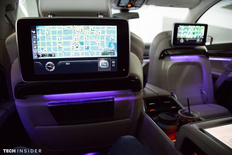می توانید نور و رنگ داخل ماشین را مطابق سلیقه ی خودتان تنظیم کنید. در اینجا نمونه ی بنفش آن را می بینید، اما در کل رنگ های انتخابی زیاد هستند.