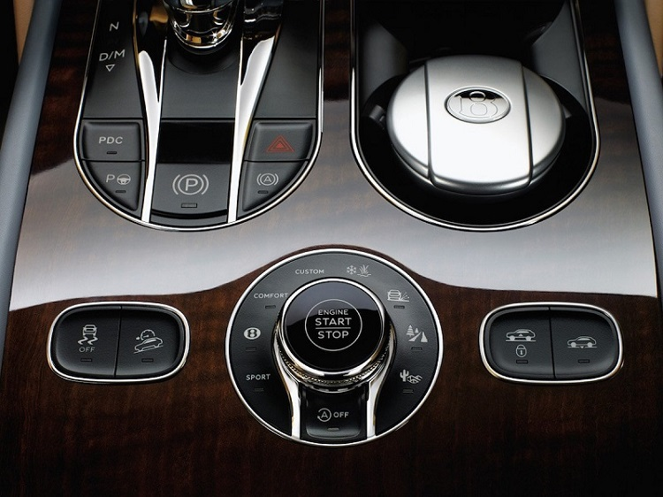 راننده می تواند مود رانندگی مورد نظر خود را انتخاب کند؛ مود کروز و آف رود، از جمله ی این مود ها هستند.