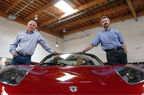 دو مهندس با نام های مارتین ابرهارد (Martin Eberhard) و مارک تارپنینگ (Marc Tarpenning) در سال ۲۰۰۳، تسلا موتورز را تاسیس کردند.