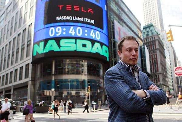 در ۵ فوریه سال ۲۰۱۵، یک سهم از سهام تسلا موتورز ۲۲۰.۹۹ دلار قیمت گذاری شد و ارزش کل بازار آن به ۲۷.۴۴ میلیارد دلار رسید. ایلان ماسک صاحب ۳۰ درصد از سهم تسلا موتورز است.