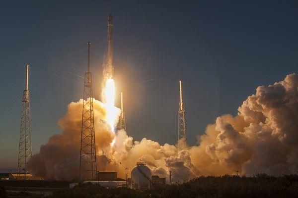 در ۱۲ فوریه ی سال ۲۰۱۵، راکت فالکون ۹ به عنوان سومین تلاش ایلان ماسک برای فرود سالم این راکت سرانجام موفق شد فالکون ۹ را به مدار بفرستد