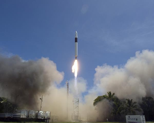 در ۲۰۰۶-۲۰۰۸ سه پرواز اول این راکت با شکست همراه بود. در ۲۸ سپتامبر سال ۲۰۰۸، چهارمین تلاش فالکون ۱ در نهایت به مدار رسید.
