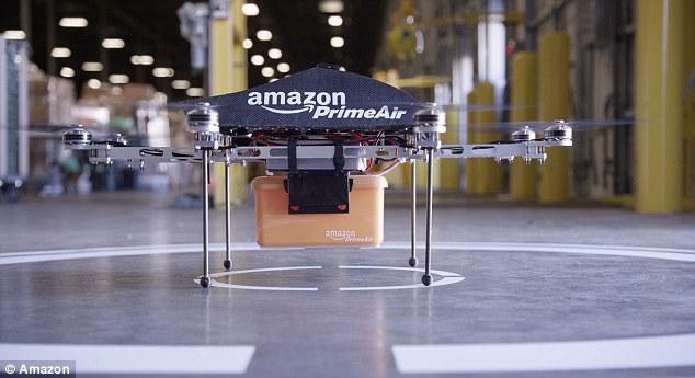 """اوایل دسامبر سال ۲۰۱۳، بزوس از ابتکار جدید و آزمایشی آمازون رونمایی کرد. پهباد """"Amazon Prime Air"""" را برای ارائه ی خدمات تحویل به مشتریان معرفی کرد."""