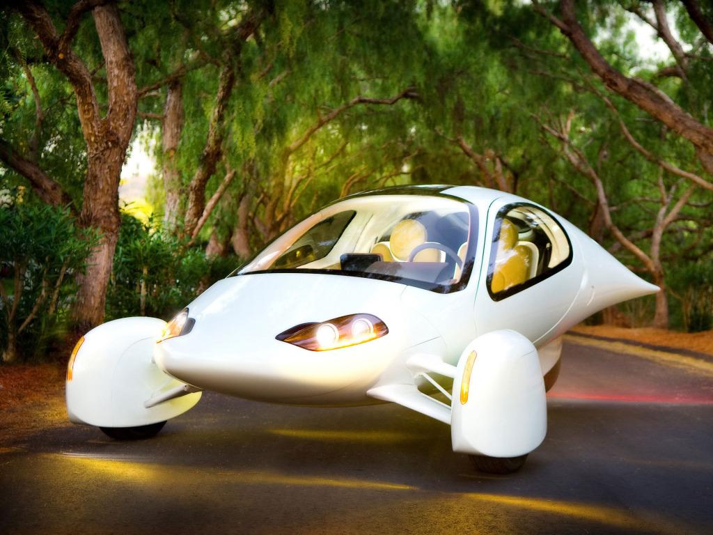 Aptera 2E: این وسیله نقلیه نیز در دسته ماشین های الکتریکی قرار می گیرد. لاستیک های آن تقریبا به طور کامل پوشیده شده و هنگام حرکت روی جاده به نظر می رسد که در هوا معلق است. حداکثر سرعت این خودرو 136 کیلومتر بر ساعت است.