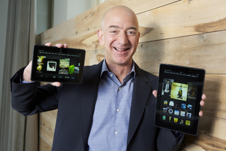 این شرکت در سال ۲۰۰۷، کیندل (Kindle) را منتشر کرد؛ این کتاب خوان دیجیتال دستی به کاربران این امکان را می دهد که بتوانند کتاب های منتخب خود را خرید، دانلود و ذخیره کنند و آن را مطالعه کنند.