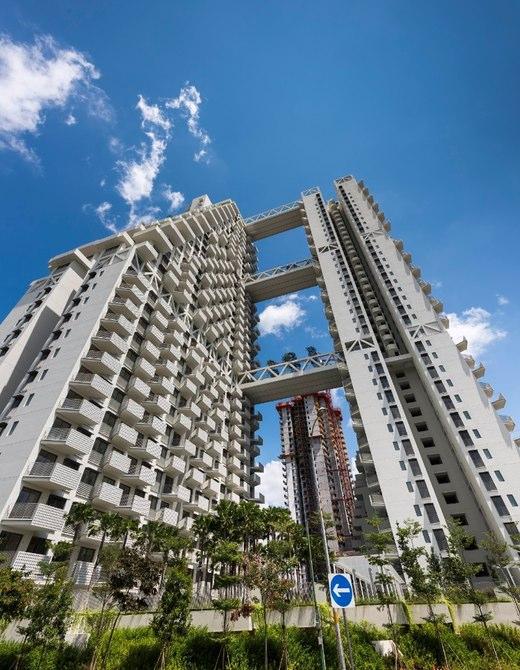 اسکای هبیتات (Sky Habitat) از دو برج ماتریسی تشکیل شده که توسط باغ هایی معلق در آسمان به هم متصل شده است.