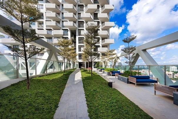 فضاهای سبزی که دو برج اسکای هبیتات را بهم وصل کرده است