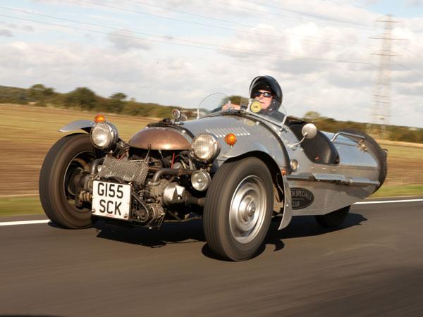 سوپر اسپورت پِمبلتون: این خودرو نیز همان طراحی بشکه مانند مورگان را دارد با این تفاوت که انتقال قدرت در آن از طریق یک گیربکس چهار سرعته امکان پذیر است.