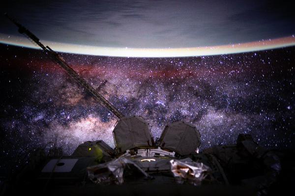 خانه های ما در این جهان هستی، زمین و کهکشان راه شیری در این تصویر زیبا مشهود هستند.