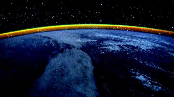 """کلی اینگونه توییت کرد: """"۲۰۷ روز، غروب بر فراز اقیانوس هند با یک نوار زردرنگ در افق"""""""