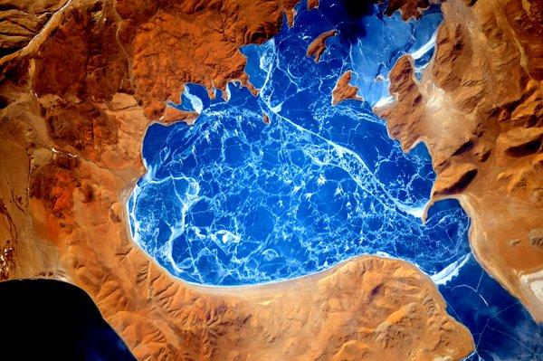 """این تصویری از دریاچه آب شور La'nga Co در تبت است. از آنجایی که این دریاچه خالی از ماهی ها و گیاهان است، این دریاچه به زبان سانسکریت """"دریاچه ای از دیو"""" ترجمه می شود."""