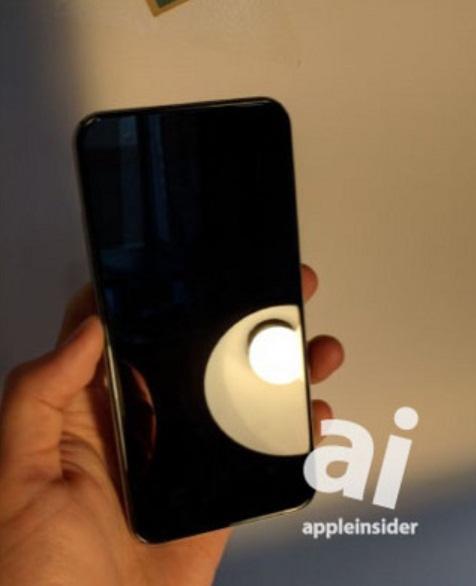 با توجه به عکس هایی که نشان دهنده ی قسمت جلوی این دستگاه است،  هیچ اثری از دکمه ی هوم دیده نمی شود.