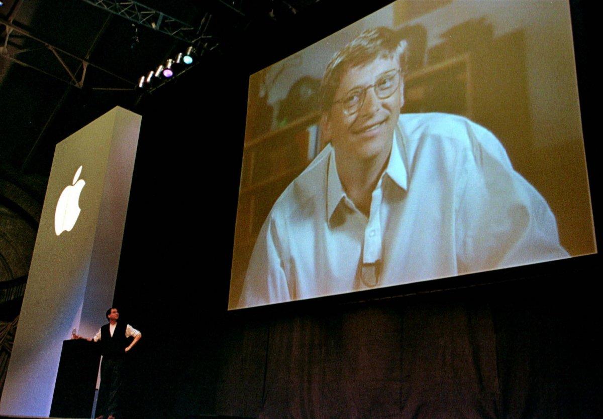 در سال ۱۹۹۷، مایکروسافت با سرمایه گذاری ۱۵۰ میلیون دلاری، اپل را از ورشکستگی حتمی نجات داد. استیو جابز این موضوع را در اولین حضور خود در صحنه به عنوان مدیر عامل اپل اعلام کرد.