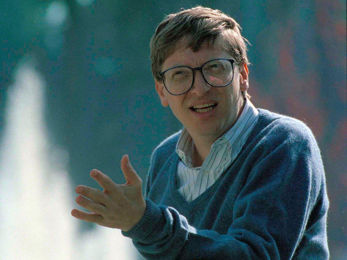 بیل گیتس، بنیانگذار مایکروسافت در سال ۱۹۸۷ و در سن ۳۱ سالگی به جوانترین میلیاردر جهان تبدیل شد. در سال ۱۹۹۵ او به عنوان ثروتمندترین مرد جهان با دارایی خالص ۱۲.۹ میلیارد دلار شناخته شد.