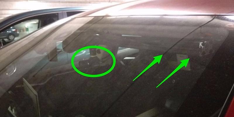 یکی از کاربران ردیت با نام SteveP98 با انتشار 3 عکس از تسلا مدل اس نامبرده، این سنسور ها را به نمایش گذاشت. در تصویر زیر، تعدادی از این سنسور ها را که در شیشه ی جلویی ماشین تعبیه شده مشاهده می کنید.