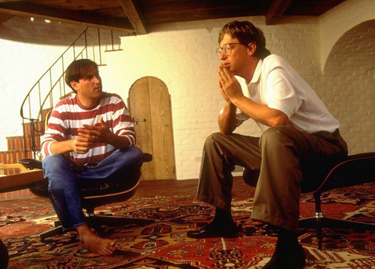 مایکروسافت و اپل سال های زیادی با یکدیگر بر روی نرم افزاری برای اولین کامپیوتر مکینتاش کار می کردند – تا زمانیکه مایکروسافت از ویندوز رقابتی خود خبر داد و از همانجا بود که رقابت بیل گیتس و استیو جابز برای چند دهه به طول انجامید.