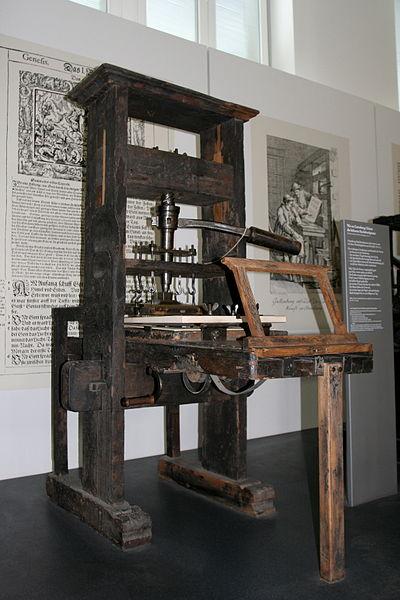 دستگاه چاپ در سال ۱۴۴۰ توسط یوهانس گوتنبرگ آلمانی اختراع شد.