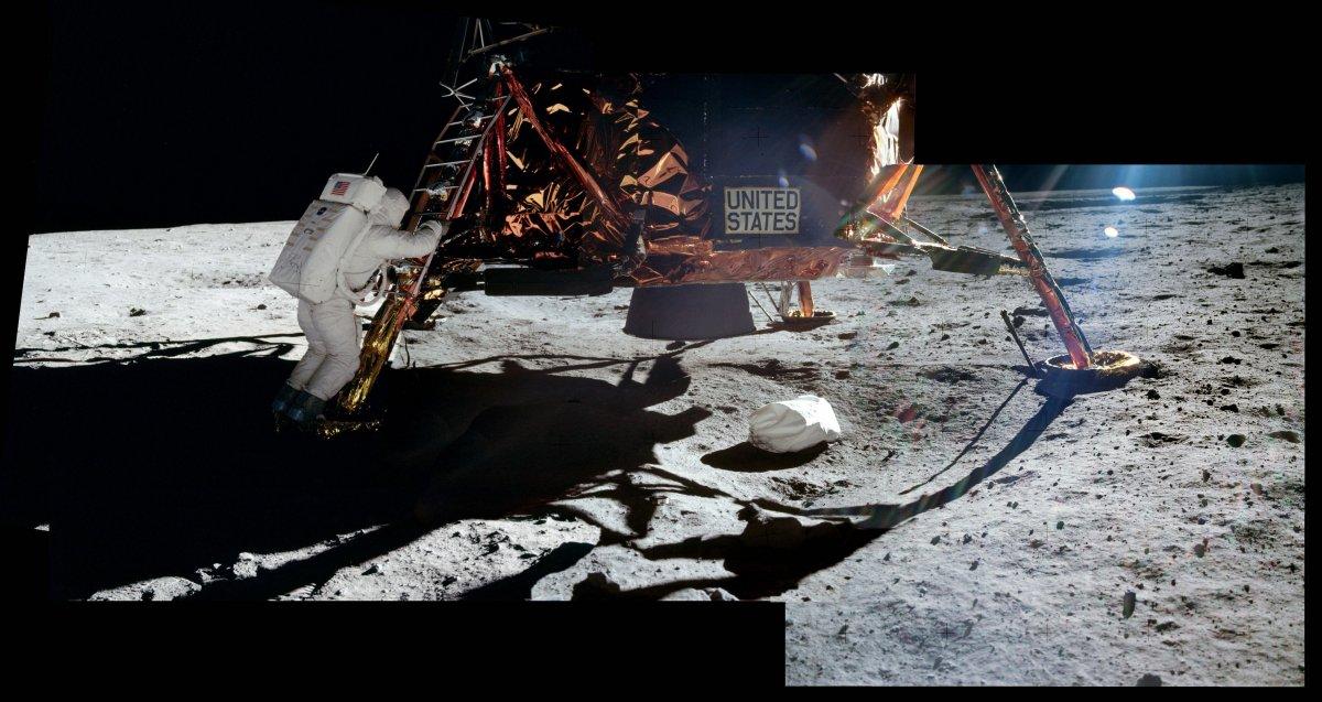 در این تصویر مشاهده می کنید که آلدرین خود را برای گذاشتن اولین گام روی ماه آماده می کند.
