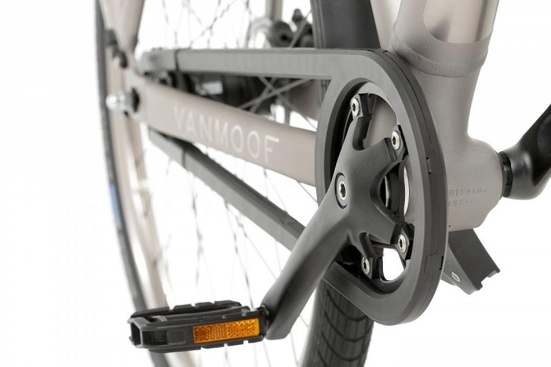 سرعت موتور دوچرخه ی الکتریکی که تقریبا بدون صداست، 20 مایل بر ساعت (32 کیلومتر بر ساعت) بوده و با یک بار شارژ کامل می تواند مسافت 75 مایل (120 کیلومتر) را طی کند. این قدرت موتور با رقیبانی که قدرت اتصال به اینترنت را ندارند (مثل OKO بیومگا و ای بایک گنزه)، قابل مقایسه است.