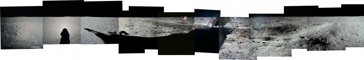 این یکی از محدود عکس هایی ست که از آرمسترانگ گرفته شده؛ شاید متوجه نشوید که او کنار کاوشگر ایستاده است. سایه ی آلدرین را نیز مشاهده می کنید.