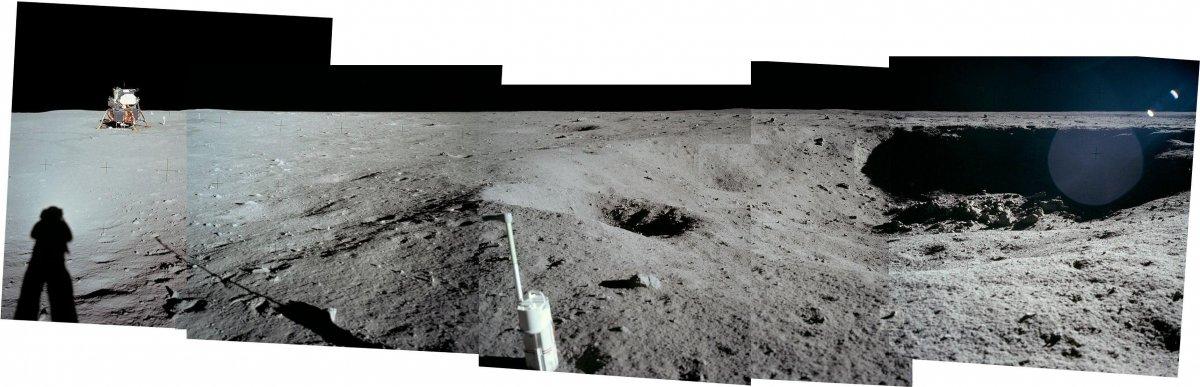مشاهده می کنید که در مقایسه با سایر قسمت ها، بخشی که کاوشگر فرود آمده بسیار صاف و مسطح است.