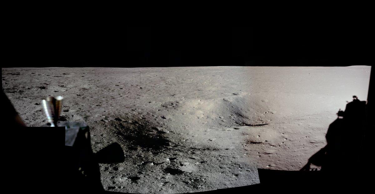 نیل آرمسترانگ و باز آلدرین این تصویر را قبل از خارج شدن از فضاپیما و از پنجره ی آن به ثبت رساندند.