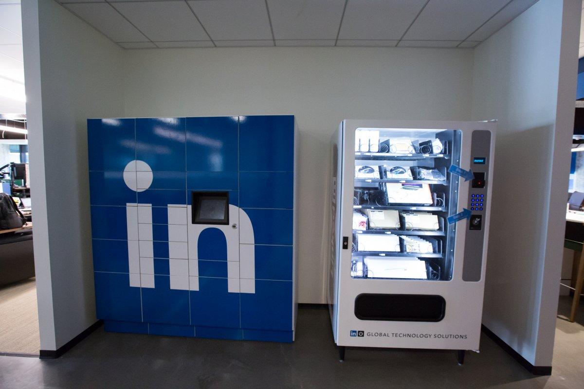 در این تصویر، یک دستگاه فروش اتوماتیک را مشاهده می نمایید که افزار جدید مربوط به شغل خود را می توانید از آنجا تهیه کنید.