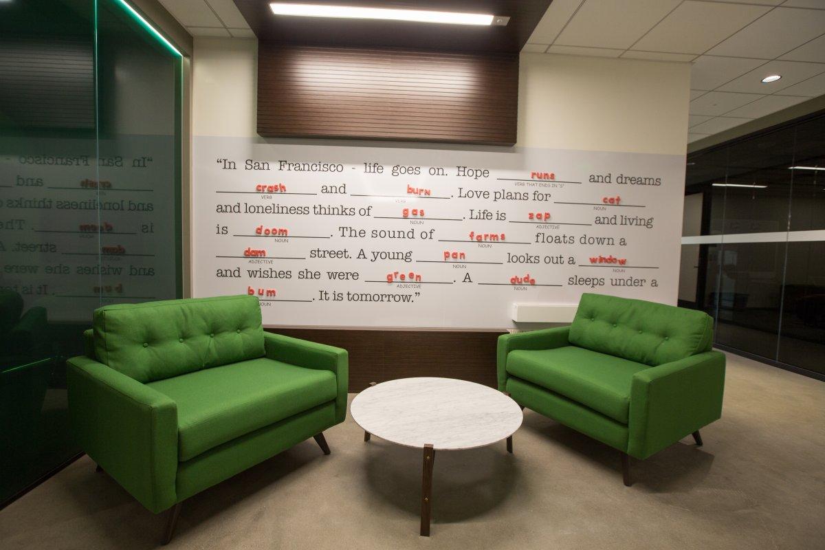 """هر طبقه از این ساختمان دارای دیواری به نام """"دیوار کارکنان"""" است که کارکنان این شرکت را برای تعامل با یکدیگر تشویق و ترغیب می کند."""