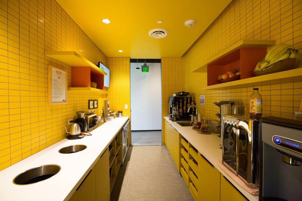 در این تصویر نمایی از آشپزخانه ی این ساختمان را مشاهده می کنید.