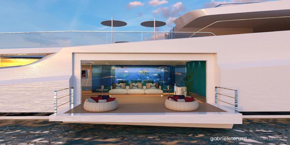 تصویر زیر هم نمایی دیگر از باشگاه ساحلی این قایق است که دارای ایوانی رو به منظره ی دریاست.