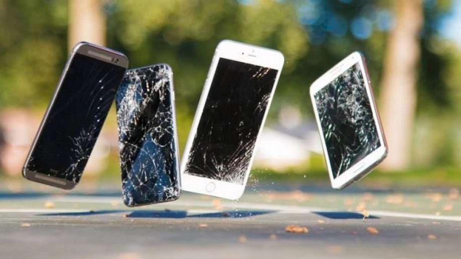 با توجه به بدنه ی فلزی اچ تی سی ۱۰ و حجم شیشه ی استفاده شده در گلکسی اس ۷ تقریبا تشخیص اینکه کدامیک در تست سقوط مقاوم تر هستند، کار سختی نیست.