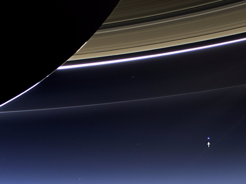18 سال بعد در سال 1990، کاوشکر فضایی Voyager 1 در حال گذر از کنار پلوتو بود که تصویری را با فاصله ی چند میلیاردی از زمین به ثبت رساند. در این تصویر که با لقب نقطه ی آبی کمرنگ به شهرت رسیده، سیاره ی زمین یک پیکسل تنها با سایه ای از رنگ آبی است که در وسعت فضا حضور دارد.