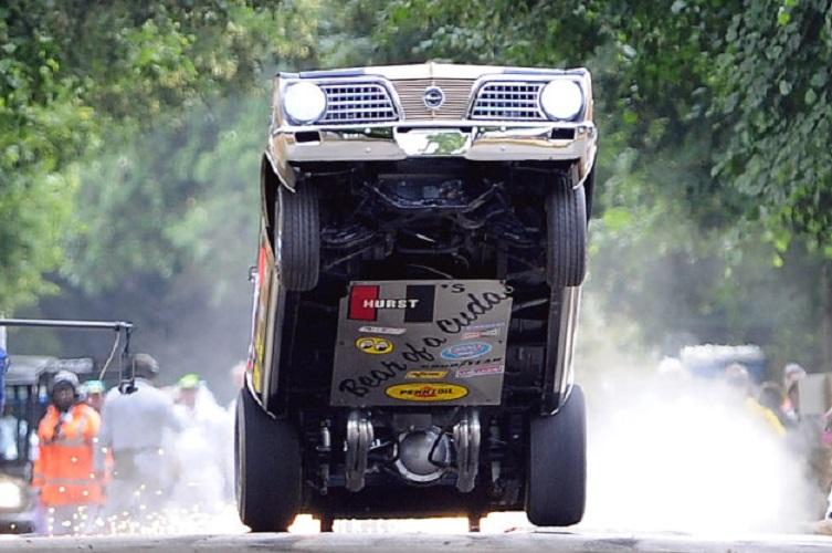 تماشا کنید: به پرواز درآمدن چرخ های جلوی خودرو با 2500 اسب بخار!