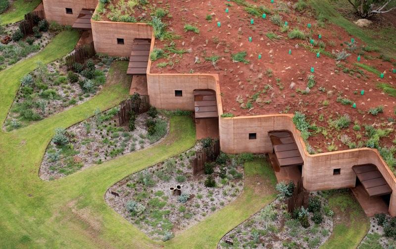 بهترین ساختمان آپارتمانی: دیوار بزرگ وا؛ یک مجتمع 12 واحدی در غرب استرالیا. ساختار فرورفته ی زمین به منظور واحد های مسکونی کوتاه مدت برای فصل گله داری گاو ایجاد شده بود. این طراحی توسط Luigi Rosselli Architects انجام شده است.