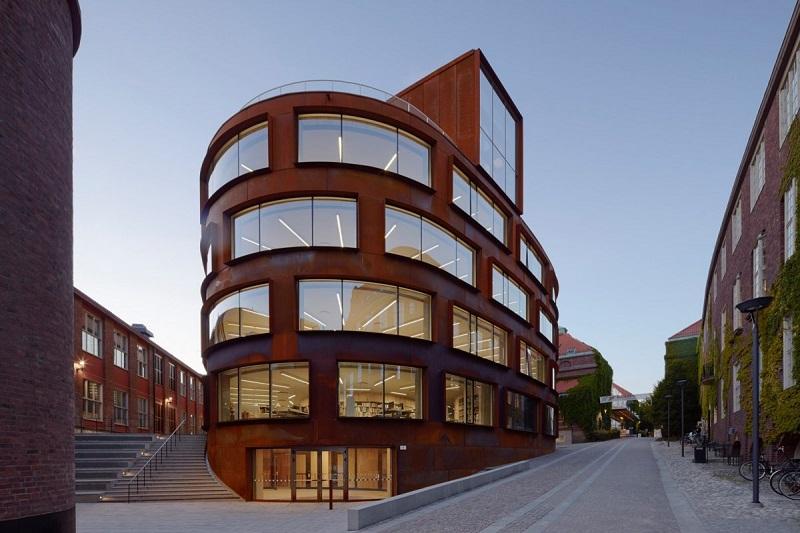 بهترین مرکز تجهیزات تحقیقاتی: مدرسه ی جدید معماری در موسسه ی تکنولوژی رویال در استکهلم، سوئد. معماری آن به عهده ی Tham And Videgard Arkitekter بوده است.