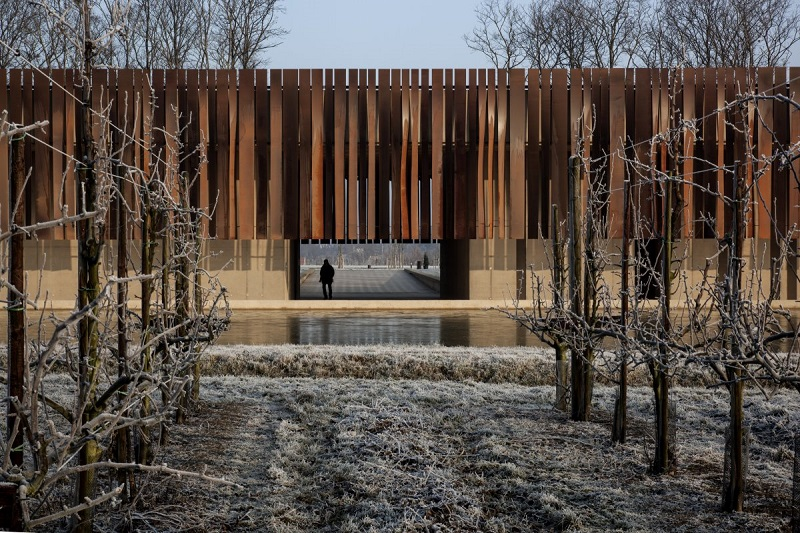 بهترین ساختمان مذهبی: Crematorium Hofheide؛ کوره های جسد سوزی در هولزبیک بلژیک. این طراحی توسط RCR Arquitectes و Coussee And Goris Srchitecten انجام شده است.
