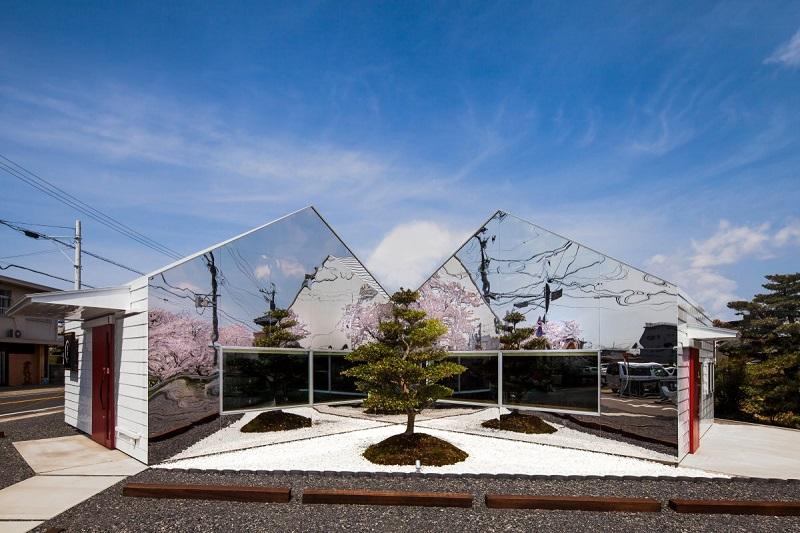 بهترین رستوران: آینه ها؛ یک رستوران در استان گیفو در کشور ژاپن. یک مقصد محبوب در فصل شکوفه های گیلاس. این رستوران به دست طراحان bandesign,Ltd ایجاد شده است.