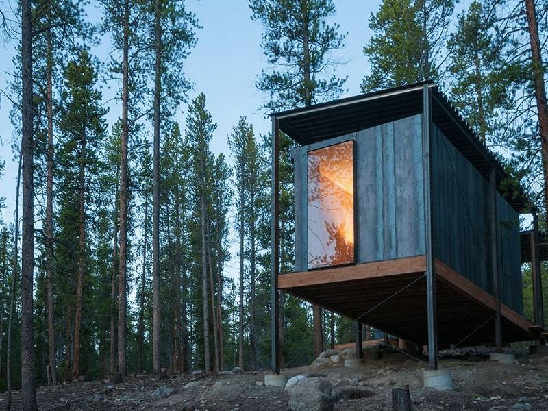 بهترین خانه ی کوچک شخصی: کابین های کوچک مدرسه ی Outward Bound؛ مجموعه ای از خوابگاه های کوچک برای محصلان در لیدویل کلرادو. طراحی این سازه به عهده ی طراحان دانشگاه کارادو دنور و کارگاه ساختمان یازی کلرادو بوده است.