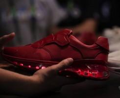 کفش هوشمند لنوو به عنوان یک ردیاب تناسب اندام و کنترل کننده ی بازی های موبایلی در رویداد این شرکت معرفی شد.